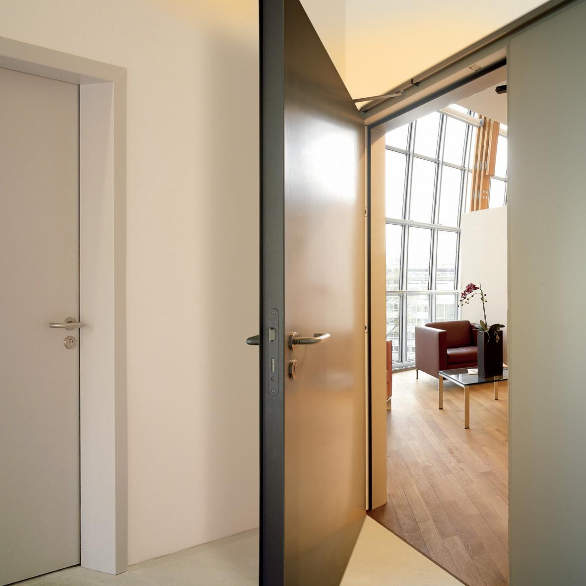 металлическая дверь офиса